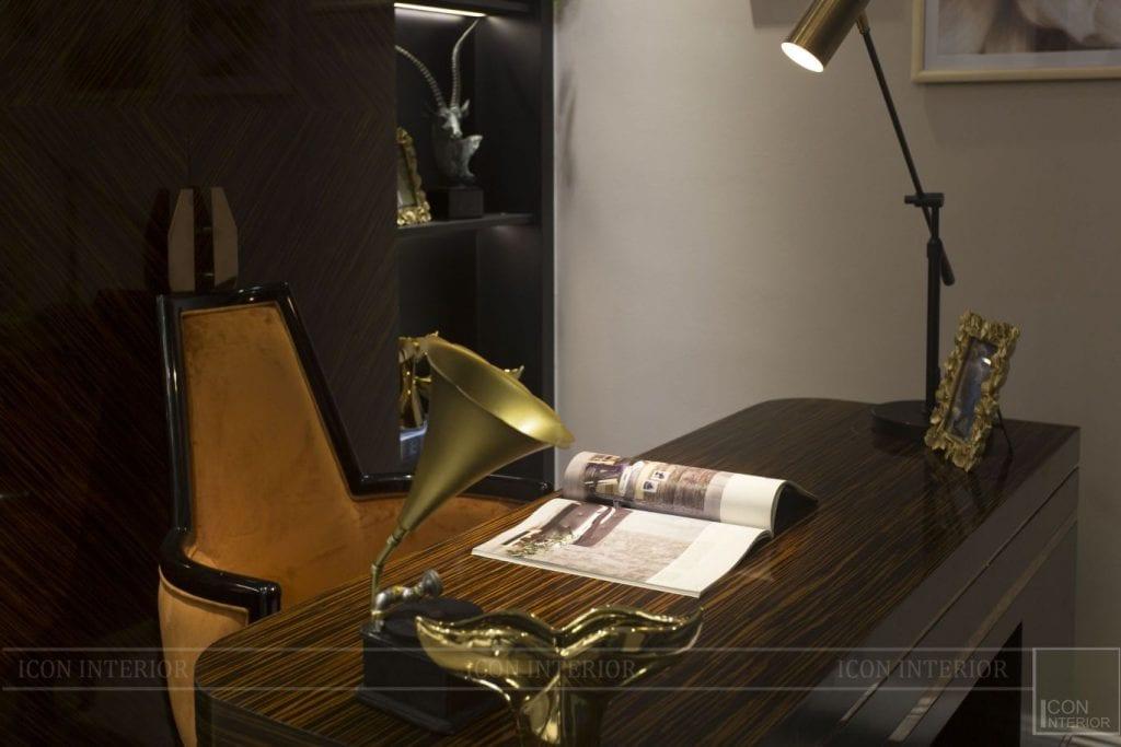 Đồ vật trang trí trên bàn làm việc giám đốc