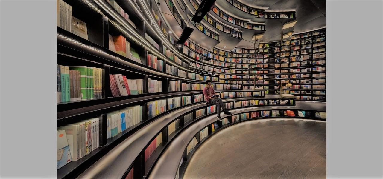 nhà sách có hiệu ứng nhân đôi không gian với thiết kế giá sách độc đáo