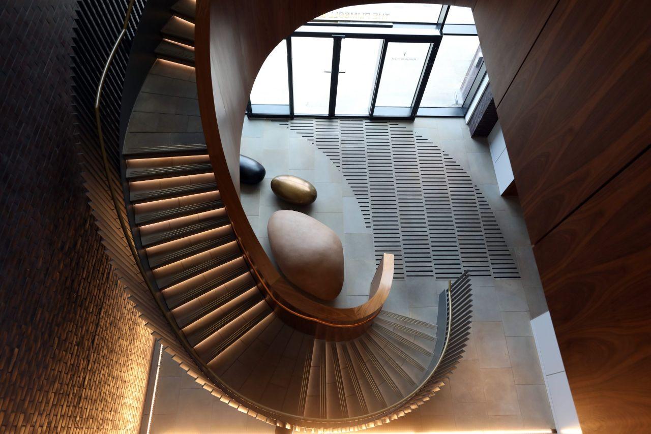 mẫu thiết kế phòng khách đẹp có cầu thang